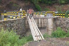 Pekerjaan Jembatan Wae Wake Belum Tuntas, Warga Sambung dengan Bambu
