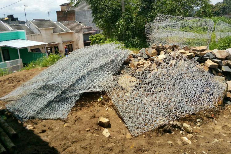 Kawat bronjong terlihat sudah diperispakan pemerintah Kabupaten Bandung untuk membangun tanggul yang jebol akibat arus air di sungai kecil di sekitar Komplek Jatiendah Regency, Kecamatan Cilengkrang, Kabupaten Bandung.