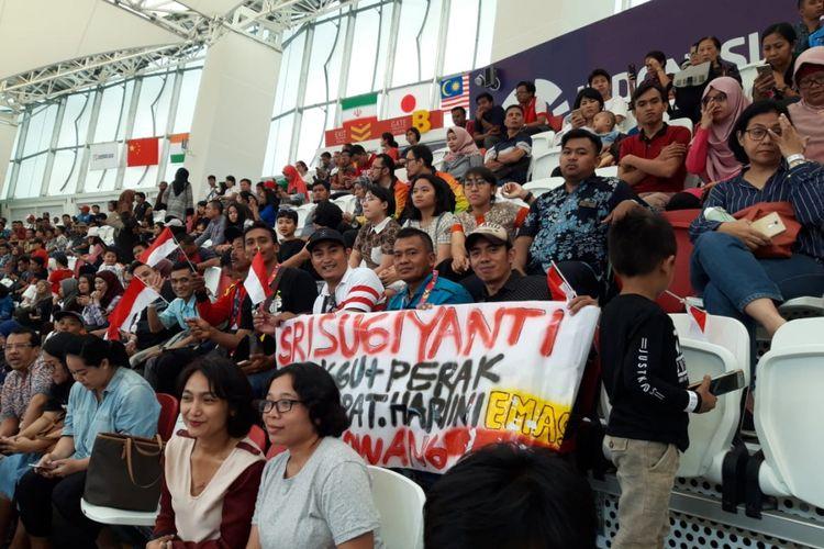 Puluhan warga Desa Sengonwetan, Kecamatan Kradenan, Kabupaten Grobogan, Jawa Tengah menyaksikan Sri Sugiyanti (24) berlaga dalam Asian Para Games 2018 di Jakarta, Kamis (11/10/2018).