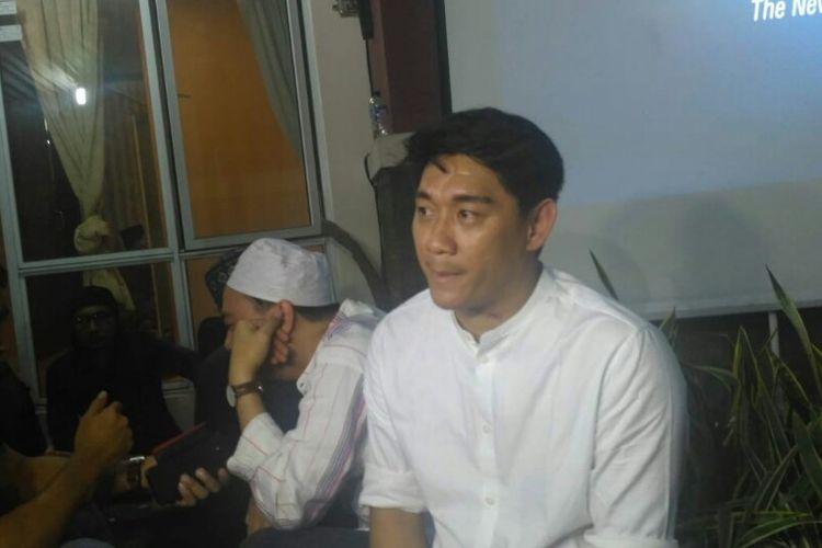 Saudara kembar Ifan Seventeen, Riedhan Fajarsyah, saat ditemui dalam acara tahlilan para personel Seventeen di Kompleks perumahan DPR RI, Kalibata, Jakarta Selatan, Rabu (26/12/2018).