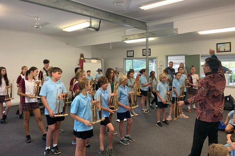 Workshop Angklung oleh seorang pianis WNI, Amos Kurniadi, SD Scotts Head (SHPS) di Scotts Head, New South Wales, Australia. (KJRI Sydney)