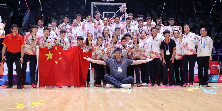 Legenda Basket Cina Yao Ming bersama Tim Basket Putra dan Putri Cina mengangkat medali emas Asian Games ke 18 di Hall Istora Senayan, Jakarta, Sabtu (1/9/2018).