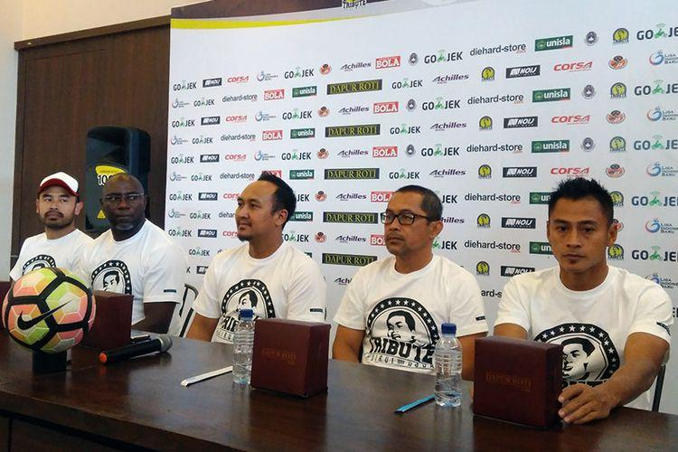 Para insan yang bakal terlibat dalam Tribute Match Choirul Huda, saat memberikan penjelasan kepada wartawan sebelum pertandingan.