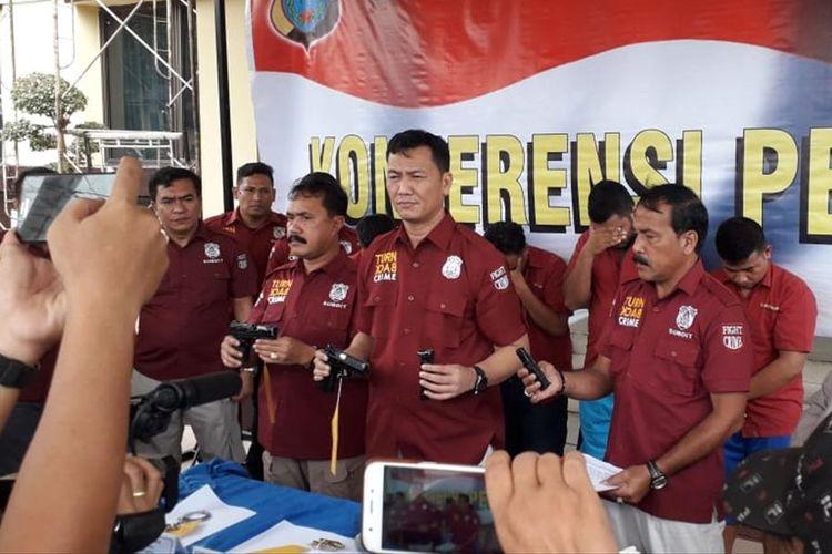Wadir Reskrimum Polda Sumatera Utara, AKBP Donald P Simanjuntak di Mapolda Sumut (tengah) Kamis (11/7/2019) menunjukkan barang bukti milik 6 orang komplotan pelaku pencurian dengan kekerasan yang menyamar sebagai polisi di Batang Kuis, Deli Serdang beberapa waktu lalu.