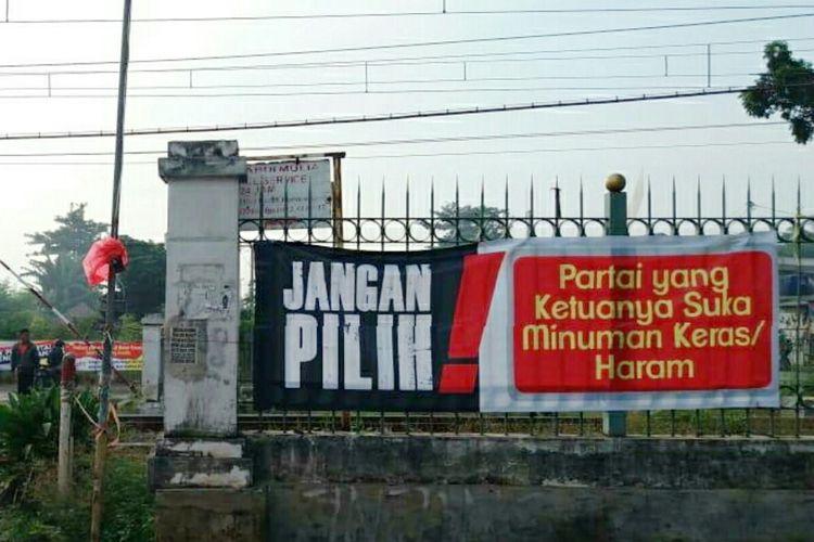 Temuan spanduk provokatif di perlintasan kereta api Beji, Depok, Senin (14/4/2019).