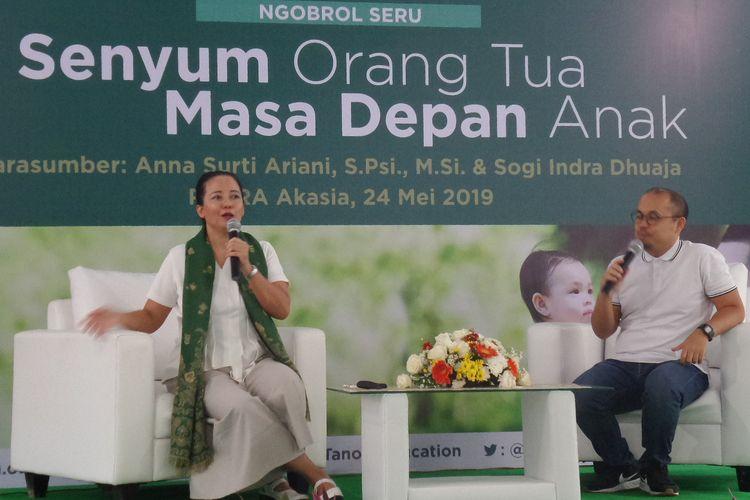 Psikolog Anak dan Keluarga, Anna Surti Ariani S.Psi., M.Si dan Founder Ayah Asi Sogi Indra Dhuaja dalam sebuah diskusi di RPTRA Akasia, Tebet, Jakarta Selatan, Jumat (24/5/2019).