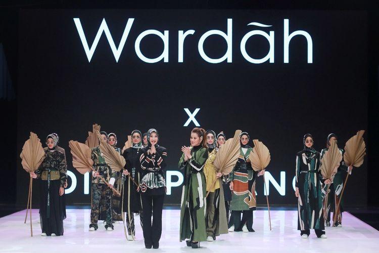 Desainer Dian Pelangi bersama busana rancangannya di Indonesia Fashion Week 2019.