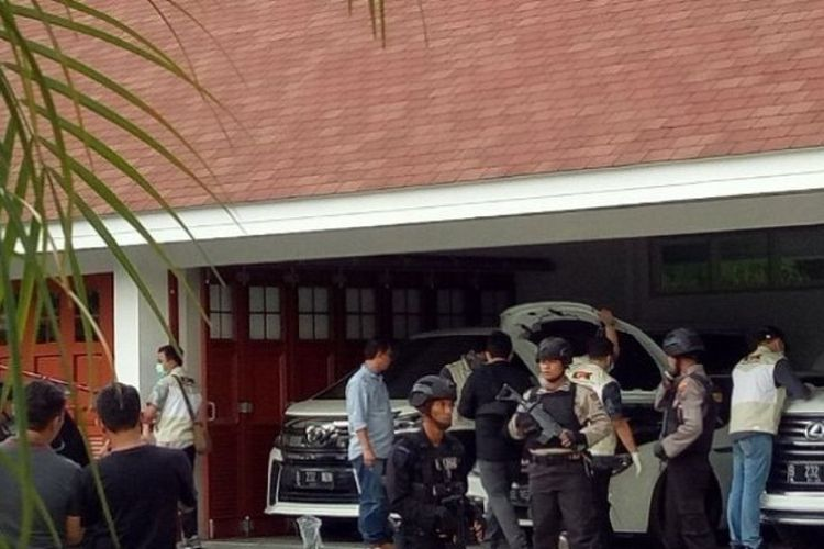 Warga Barabai, Kabupaten Hulu Sungai Tengah, menyaksikan KPK membuka segel mobil mewah Bupati Hulu Sungai Tengah.