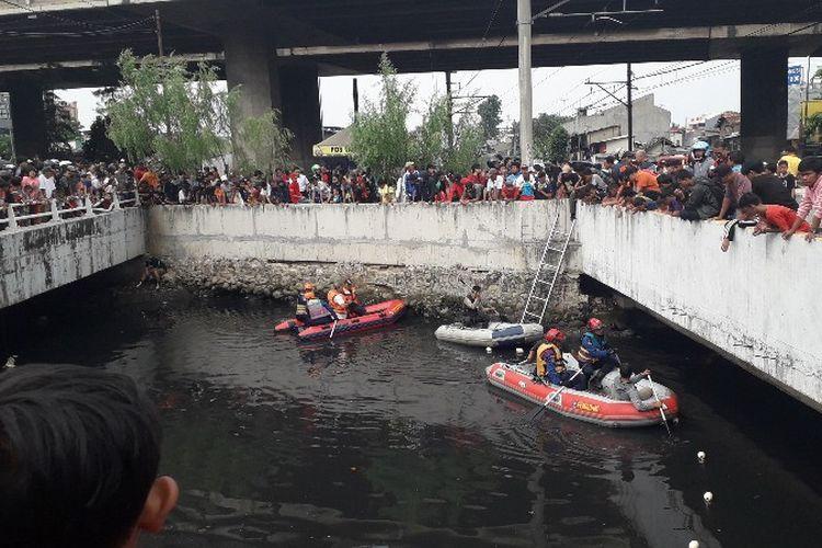 Petugas Suku Dinas Pemadam Kebakaran dan Penyelamatan Jakarta Barat dan Badan Lingkungan Hidup dan Kehutanan DKI Jakarta bekerjasama dalam penangkapan buaya di Kali Grogol, Jakarta Barat pada Kamis (28/6/2018).