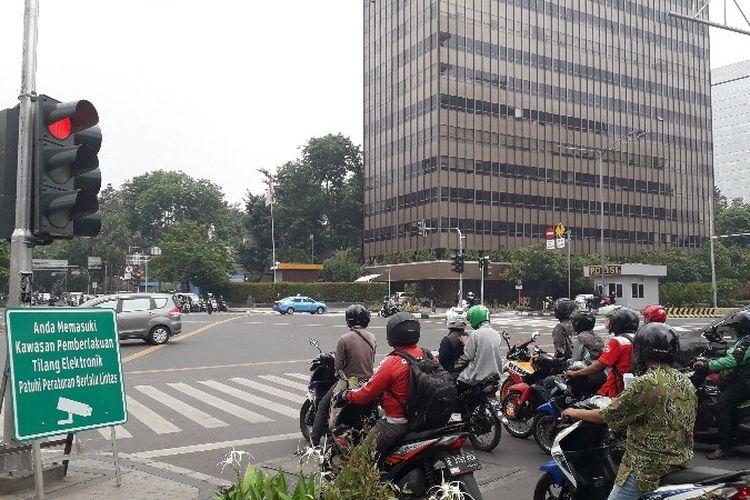 Papan imbauan pemberlakuan penindakan tilang elektronik atau electronic traffic law enforcement (ETLE) terpasang di Jalan KH. Wahid Hasyim arah Tanah Abang pada Kamis (1/11/2018)