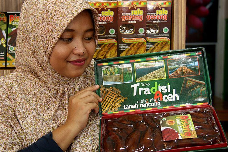 Ayu (31), pemilik usaha  pisang sale tradisi Aceh yang dirintis bersama suaminya Husni sejak tahun 2012. Usaha makanan khas tradisonal Aceh miliknya kini mulai maju pesat setidaknya memiliki 5 karyawan di pabrik pengolahan dan delapan orang di toko penjualan yang berada di kawasan Peunayong, Kota Banda Aceh, Sabtu (10/3/2018).