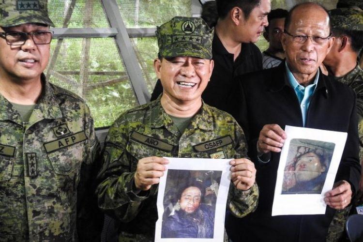 Panglima Angkatan Bersenjata Filipina Jenderal Eduardo Ano (tengah) membawa foto Isnilon Hapilon dan Omarkhayam Maute yang tewas dalam baku tembak dengan tentara.