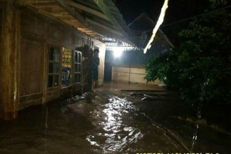 Kondisi banjir yang menggenangi pemukiman warga di Bima, Sabtu (13/01/2018)