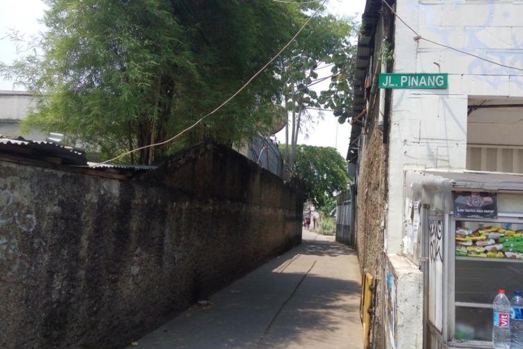 Jalan Pinang yang berlokasi di kawasan Margonda, Depok. Di lokasi inilah seorang perempuan pejalan kaki mengalami pelecehan seksual yang dilakukan seorang pengemdara sepeda motor.