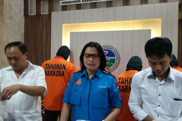Kasat Narkoba Polres Metro Jakarta Selatan Kompol Vivick Tjangkung (tengah) saat merilis penangkapan pengedar narkoba berinisial HI (25) di di Mapolres Metro Jakarta Selatan, Kamis (5/4/2018).