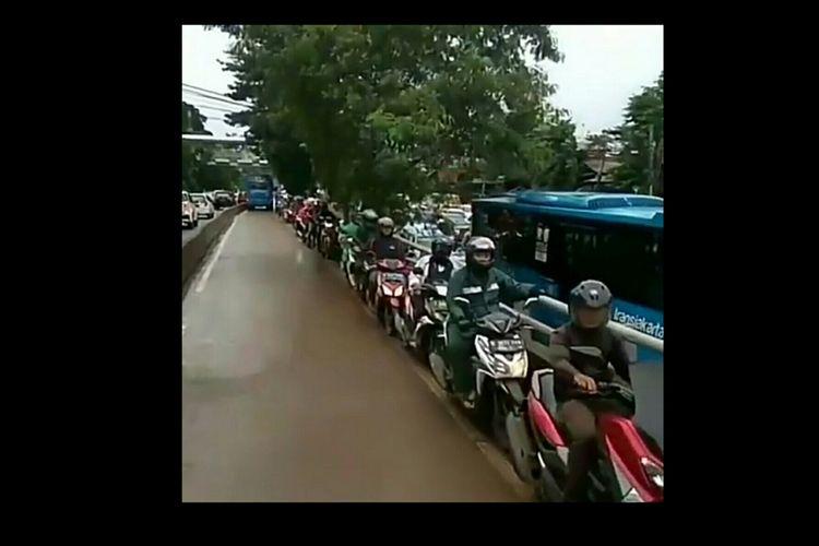 Para pengendara motor penerobos busway yang terlihat berjejer rapi menepi untuk menghindar ditabrak bus transjakarta. Peristiwa ini terjadi di busway yang menghubungkan kawasan Pulo Mas dan Pulogadung, Jakarta Timur, Selasa (28/11/2017)