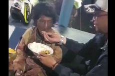 Viral, Brigpol Ahmad Hidayat Suapi Wanita Gangguan Jiwa