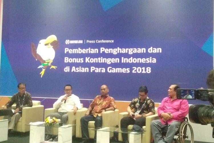 Menpora Imam Nahrawi (pakaian putih) saat memberikan keterangan dalam konferensi pers Pemberian Penghargaan dan Bonus Kontingen Indonesia pada Asian Para Games 2018 di GBK Arena, Jakarta, Jumat (12/10/2018).