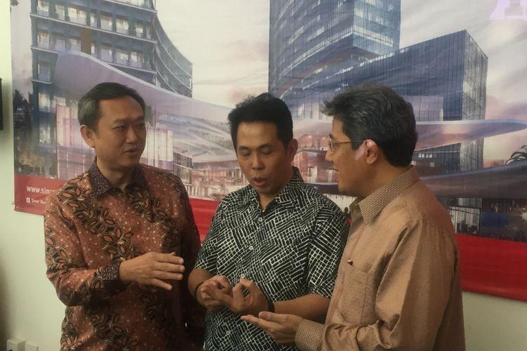 Direktur PT Bumi Serpong Damai Tbk Hermawan Wijaya saat berbincang dengan CEO Corporate Strategy & Services Sinar Mas Land Ishak Chandra dan Managing Director President Office Sinar Mas Land Dhony Rahajoe (kanan) di Jakarta, Selasa (13/2/2018).
