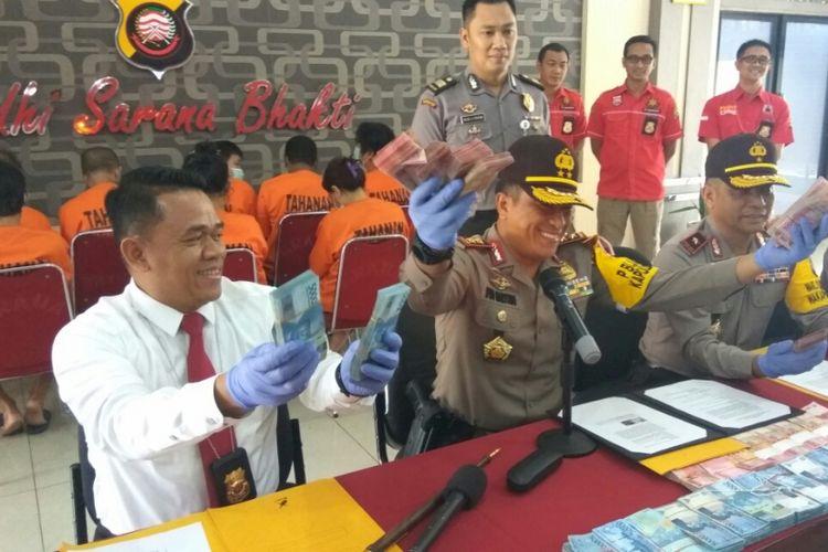 Kapolda Kalbar Irjen Pol Didi Haryono menunjukkan barang bukti saat pengungkapan kasus judi online di Mapolda Kalbar, Senin (16/1/2018).