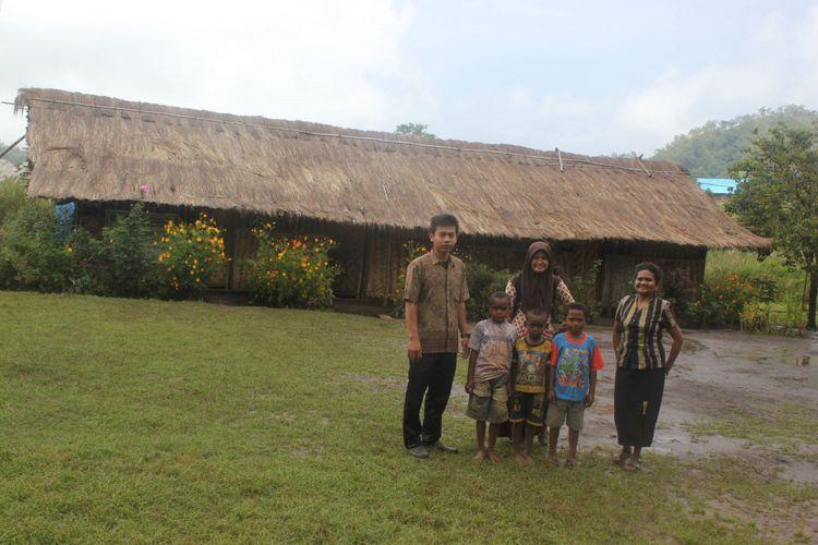 Achmad Fauzi dan Ertiana bersama Kepala SD Padang Panjang dan tiga siswa di depan sekolah SDN Padang Panjang, Pedalaman Kabupaten Alor, tempat mereka mengabdi sebagai guru, Jumat (31/3/2017). Masih banyak hal yang perlu dibenahi di bidang pendidikan di pelosok.