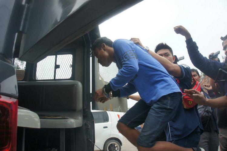 Antoni (34) pelaku pembunuh RA (11) ditangkap di Binjai, Sumut pada Rabu (19/9/2018. Antoni dibawa ke Karawang dengan KA Singosari jurusan Pasar Senen-Blitar, Jumat (21/9/2018).