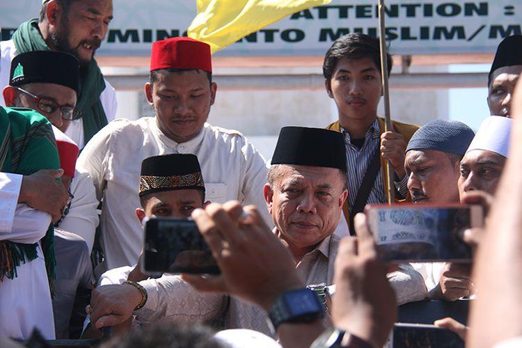 Sebanyak 147 ormas dan LSM di Aceh yang tergabung dalam Aliansi Pencinta Syariat Islam melakukan aksi unjuk rasa di depan Masjid Raya Baiturrahman, Banda Aceh, usai palaksanaan shalat Jumat, (2/2/2018). Aksi yang diikuti ratusan orang dari berbagai daerah di Aceh itu digelar sebagai bentuk dukungan terhadap Kapolres Aceh Utara AKBP Untung Suryanata, yang mendapat sorotan dan kritikan dari aktivis HAM dan pendukung LGBT baik di Indonesia maupun luar negeri karena merazia 12 waria dan membina dengan cara mencukur rambut.