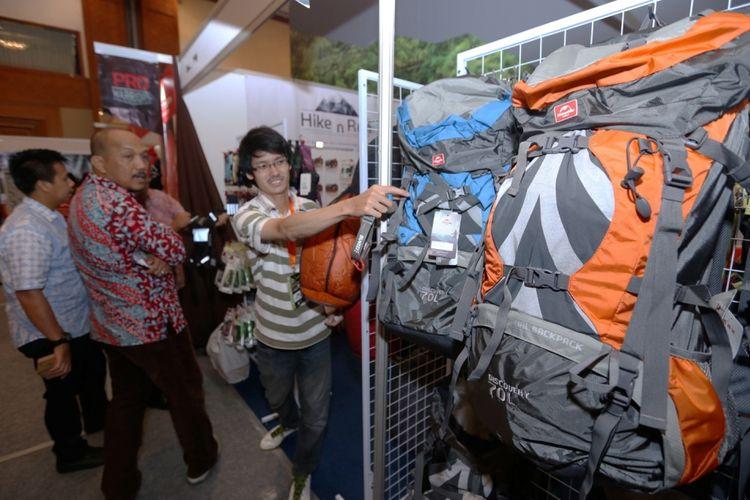 Berbagai macam produk-produk aktivitas alam bebas dijual pada acara Indonesia Outdoor Festival (Indofest) 2017 di Jakarta Convention Center (JCC), Senayan, Jakarta, Jumat (12/5/2017).