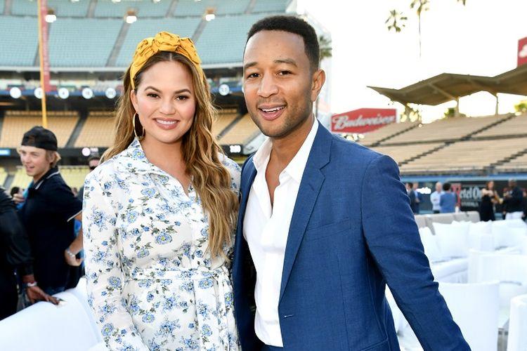 Penyanyi John Legend dan istrinya, Chrissy Teigen, menghadiri Fourth Annual Los Angeles Dodgers Foundation Blue Diamond Gala di Dodger Stadium, Los Angeles, pada 11 Juni 2018.