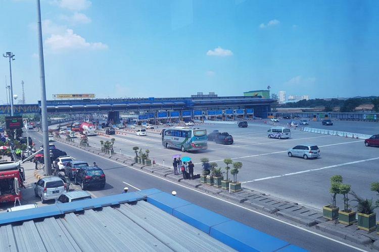 Gerbang Tol Cikarang Utama pada Kamis (14/6/2018) siang. Tampak kondisi lalu lintas lancar.