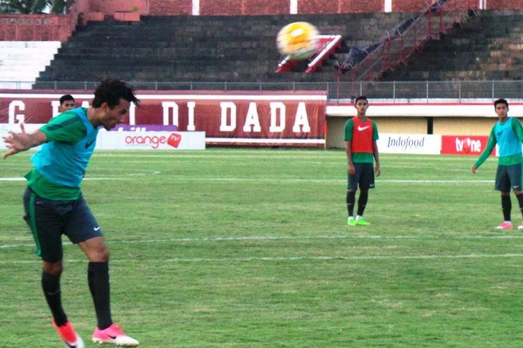 Penyerang Ezra Walian menyundul bola dalam pemusatan latihan timnas Indonesia U-22 di Stadion Kapten I Wayan Dipta, Gianyar, Selasa (23/5/2017).