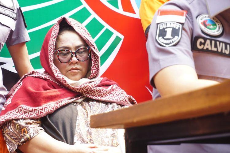 Pelawak Nunung duduk di kursi tidak lama setelah jumpa pers kasus penyalahgunaan narkoba dimulai di Polda Metro Jaya, Jakarta Selatan, Senin (22/7/2019).