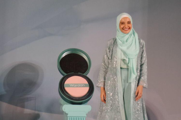 Aktris dan desainer Zaskia Sungkar dalam peluncuran New Wardah Exclusive Series di kawasan Kebayoran Baru, Jakarta Selatan, Selasa (13/8/2019).