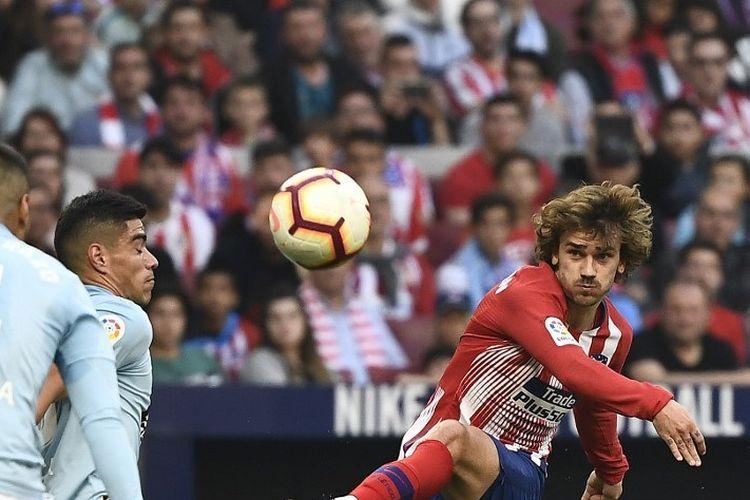 Antoine Griezmann melepas tendangan pada pertandingan Atletico Madrid vs Celta Vigo dalam lanjutan La Liga Spanyol di Stadion Wanda Metropolitano, 13 April 2019.