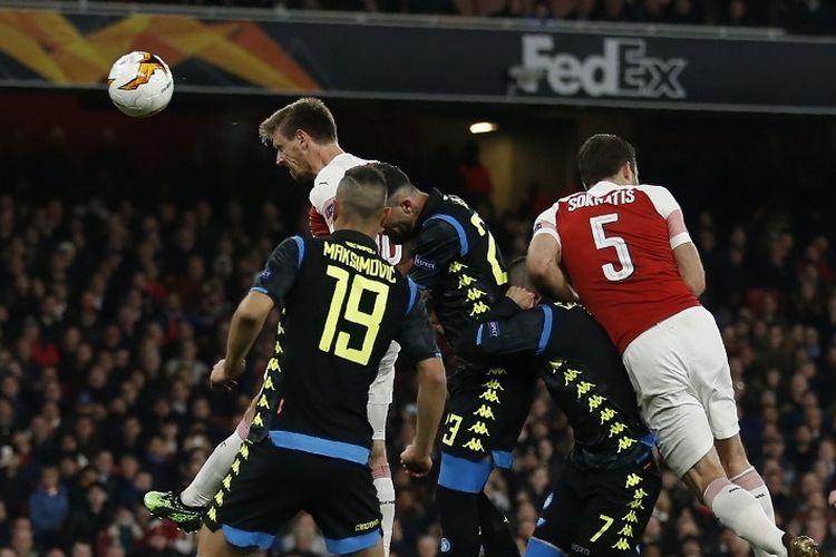 Nacho Monreal mencoba mencetak gol pada laga Arsenal vs Napoli dalam laga pertama perempat final Liga Europa di Stadion Emirates, 11 April 2019.
