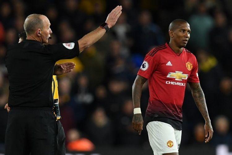 Wasit Mike Dean mengusir bek Manchester United Ashley Young setelah dia mendapatkan kartu merah pada pertandingan Liga Inggris antara Wolverhampton Wanderers vs Manchester United pada Selasa (2/4/2019).