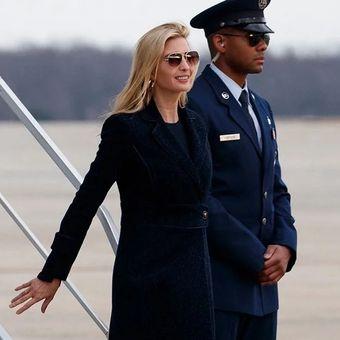 Ivanka Trump saat menuruni pesawat Air Force I