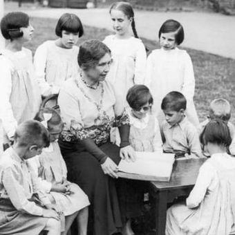 Helen Keller kerap mengunjungi sekolah khusus tunanetra. Di foto ini, dia membaca huruf braille bersama murid sekolah di Swiss. (Biography)