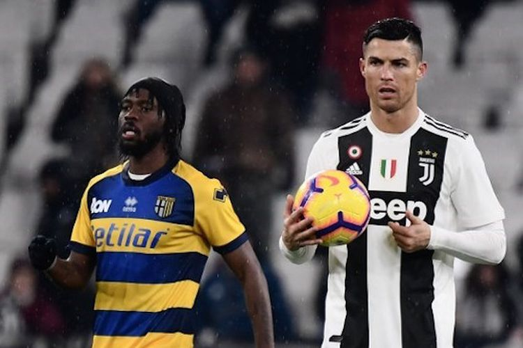 Cristiano Ronaldo membawa bola ke titik tengah pertandingan Juventus vs Parma di Stadion Allianz, Turin, dalam lanjutan Serie A , Liga Italia, 2 Februari 2019.