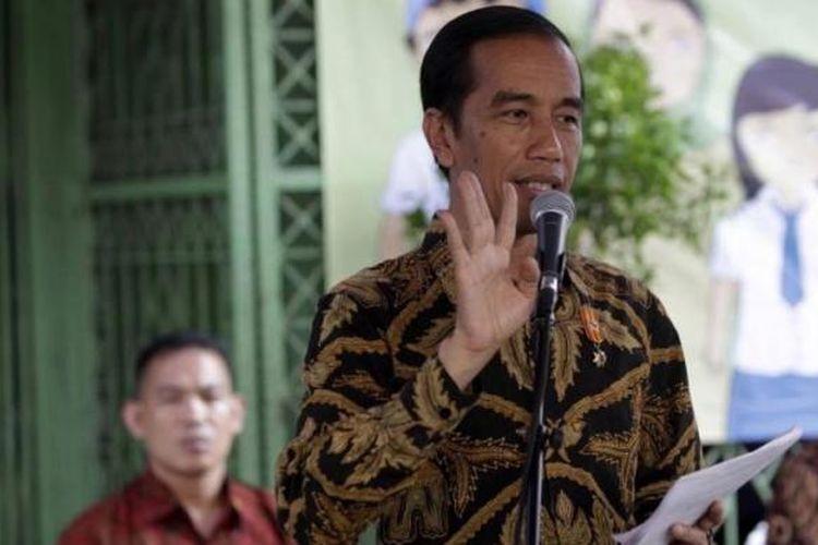 Presiden Joko Widodo memberikan sambutan dalam acara penyerahan Kartu Indonesia Sehat (KIS), Kartu Indonesia Pintar (KIP), dan Kartu Keluarga Sejahtera (KKS) di Kantor Pos Kampung Melayu, Jalan Jatinegara Barat, Jakarta Timur, Rabu (13/5/2015).