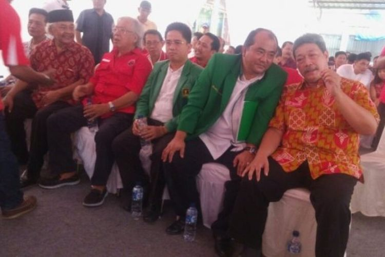 Wakil Ketua Umum Dewan Pimpinan Nasional Partai Keadilan dan Persatuan Indonesia (PKPI), Djati Nuswanto (berbaju batik), duduk bersebelahan dengan Pengurus DPP PPP di KPUD Sumut, Rabu (10/1/2018).
