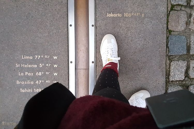 Dua lempeng baja di Royal Observatory Greenwich di London yang menjadi lambang garis meridian, garis imajiner yang membagi dunia menjadi kawasan bujur barat dan bujur timur. Garis ini kerap menjadi lokasi foto-foto para wisatawan yang datang.