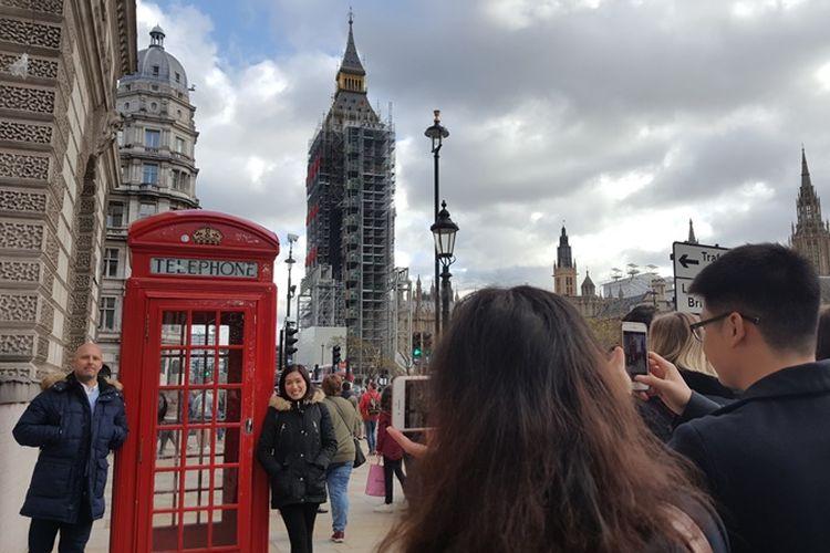 Pengunjung tetap berfoto dengan latar belakang Elizabeth Tower dan Big Ben, meski ikon ternama di London, Inggris itu sedang menjalani renovasi. Proses renovasi sudah dimulai sejak Agustus 2017 lalu dan dijadwalkan rampung pada tahun 2021.