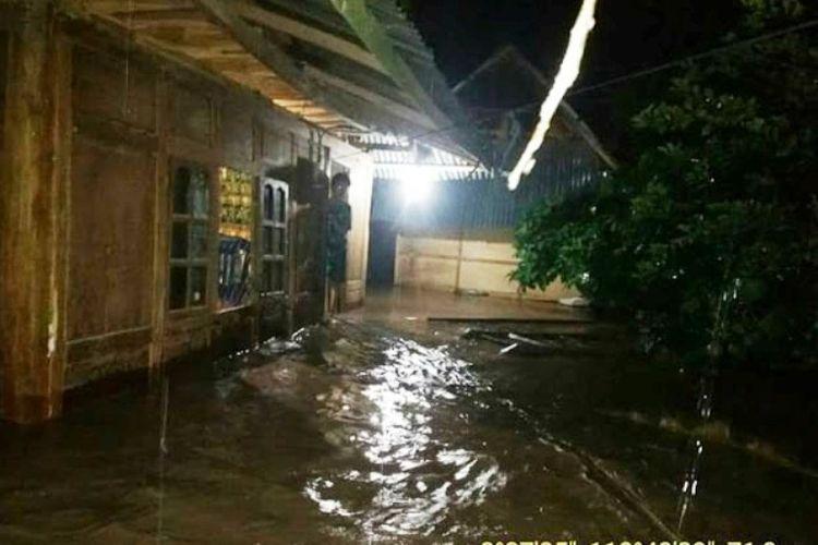 Kondisi banjir yang menggenangi pemukiman warga di Bima, Sabtu malam (13/01/2018)