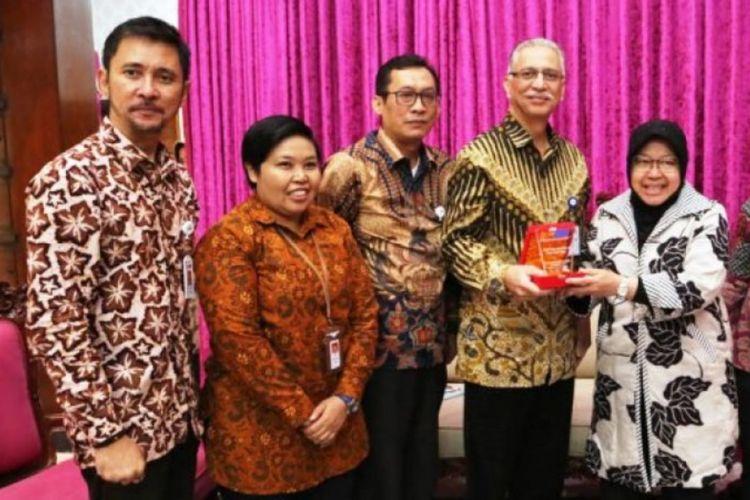 Wali Kota Surabaya, Tri Rismaharini, saat menerima kunjungan direksi dan jajaran pimpinan PT Merpati Maintenance Facility di rumah dinas wali kota Jalan Sedap Malam, Surabaya, Jumat (11/1/2019)