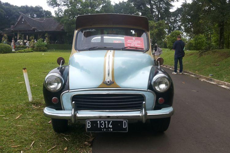 Morris Minor Traveler 100 milik salah seorang anggota Perhimpunan Penggemar Mobil Kuno Indonesia (PPMKI) yang ikut serta dalam konvoi ke Bogor, Minggu (21/1/2018). Morris Minor 100 Traveler adalah mobil yang pernah digunakan sebagai oplet di Jakarta hingga tahun 1980-an.