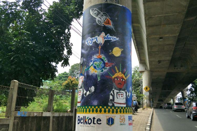 Mural bergambar ondel-ondel memakai pakaian astronot di tiang beton Jalan Layang Non-tol (JLNT) Antasari, Jakarta Selatan. Foto diambil Rabu (14/3/2018).