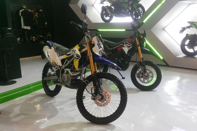 Dua varian KLX yang dijual dengan harga diskon oleh Kawasaki selama penyelenggaraan Indonesia International Motor Show (IIMS) 2018.