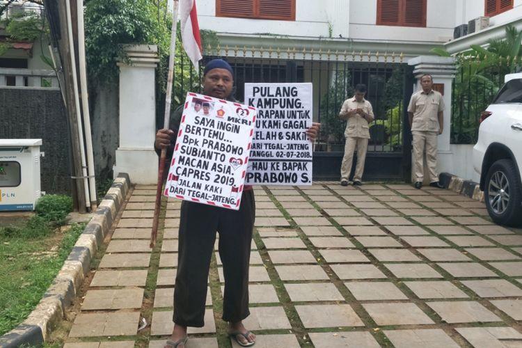 Rahman (45), warga Tegal, akhirnya dapat mewujudkan keinginannya untuk bertemu calon presiden nomor urut 02 Prabowo Subianto.  Rahman bertemu Prabowo di kediaman pribadinya, Jalan Kertanegara, Jakarta Selatan, Kamis (20/12/2018) sore.