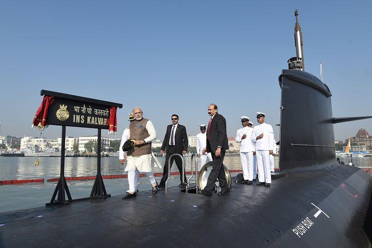 Perdana Menteri India Narendra Modi saat meninjau peresmian kapal selam Angkatan Laut India, INS Kalvari di Mumbai, Desember 2017.